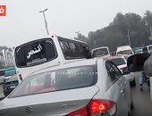 فيديو.. كثافات مرورية أعلى الطريق الدائرى بسبب سقوط حمولة سيارة نقل