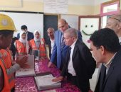 السفير الأمريكى ونائب وزير التعليم يتفقدان مدرسة الطاقة الشمسية بأسوان