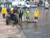 صور.. سكرتير عام الإسكندرية يتفقد أعمال شفط مياه الأمطار بحى شرق