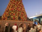"""صور.. """"شباب العالم"""" يدونون أحلام العام الجديد على مصابيح شجرة رأس السنة"""