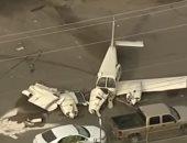معلش غلطة السيارات.. طائرة تصطدم بسيارات أثناء هبوطها فى أحد الشوارع الأمريكية