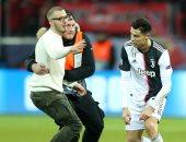 """يوفنتوس ضد باير ليفركوزن.. """"مجنون"""" كريستيانو رونالدو يقتحم الملعب """"صور"""""""