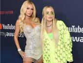 باريس هيلتون وتانا مونجو تتألقان فى حفل يوتيوب بفستان قصير وبدلة رياضية
