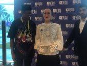 فيديو.. شباب منتدى العالم يتسابقون للتحدث مع الروبوت صوفيا والتقاط الصور معه