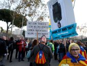"""تظاهرات تطالب باستقلال كتالونيا فى محيط ملعب """"كامب نو"""" قبل انطلاق قمة الكلاسيكو"""