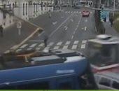 ده انت قاصد بقى.. سائق سيارة يصطدم بحافلتى ترام فى آن واحد