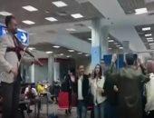 شاهد.. شاب مصرى يعزف داخل مطار شرم الشيخ للترفيه عن الركاب