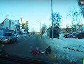 أم غافلة تفقد طفليها على ممر للمشاة ب مدينة خانتى مانسيسك الروسية