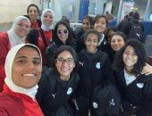صورة سيلفي لمنتخب السيدات مع مني زكي بمطار القاهرة