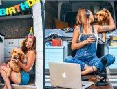 أمريكية تنفصل عن زوجها وتترك وظيفتها من أجل السفر مع كلبها.. صور