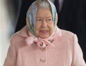 الملكة إليزابيث تختار الوردى لإطلالة مشرقة قبل الكريسماس.. صور