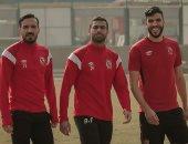 صورة تجمع أحمد فتحى وعلى معلول ووليد أزارو خلال مران الفريق الأحمر