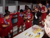 شاهد.. احتفال نجوم ليفربول بكأس العالم للأندية في غرفة خلع الملابس