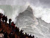 المياة تغمر الطرق وامواج عالية فى نازارى بالبرتغال