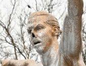 للمرة الثالثة.. مجهولون يخربون تمثال إبراهيموفيتش بمسقط رأسه فى السويد