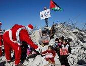 صور.. فلسطينيون بزى بابا نويل فوق أنقاض منازل هدمها الإحتلال الإسرائيلى