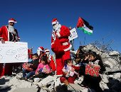 فلسطينيون بزى بابا نويل فوق أنقاض منازل هدمها الإحتلال الإسرائيلى