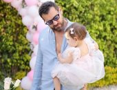 """عمرو يوسف يحكى معاناته مع حفاضات الأطفال: """"الله يكون فعون الستات"""""""