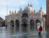 بابا نويل يحتفل بالكريسماس فى قلب مياه الفيضانات بمدينة البندقية الإيطالية
