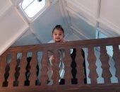 كايلى جينر تهدى ابنتها قصرا صغيرا فى عيد الميلاد الثانى.. صور وفيديو