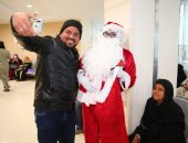 """صور.. """"بابا نويل"""" ينشر البهجة ويوزع الهدايا على مرضى السرطان بالأقصر"""