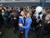 بالرقص والأعلام.. مواطنو القرم يحتفون بوصول أول قطار من الأراضى الروسية
