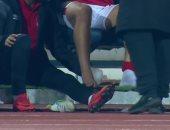لقطة المباراة.. قائد الأهلى يعالج قدم سعد سمير بعد الإصابة أمام بلاتينيوم (فيديو)