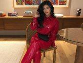 كايلى جينر ببدلة حمراء من جلد التمساح وحذاء سعره 1490 دولار.. صور