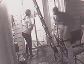 فيديو.. فتاة أمريكية تعيش لحظات رعب فى مواجهة لص تسلل لمنزلها