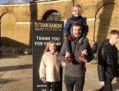 الإنجليز يحتفلون برأس السنة بالتقاط الصور داخل معرض توت عنخ آمون فى لندن
