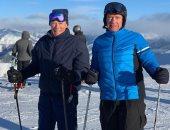 شاهد.. أرنولد شوارزينجر وكلينت إيستوود يمارسان التزلج على الجليد