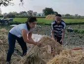 فتاة هندية تنقذ أهالى قرية من أفعى كوبرا تختبئ فى أكوام القش (فيديو)