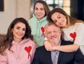 قلب أحمر وأول حرف من اسم الملك..عبد الله الثانى وأسرته فى آخر صورة قبل نهاية العام