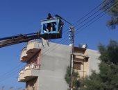 صور.. مجلس مدينة العريش ينفذ حملة تركيب كشافات إنارة ونظافة للشوارع