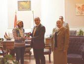 رئيس جامعة الزقازيق يكرم طالبة لحصولها على 3 ميداليات دولية
