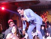 """""""آه لو لعبت يا زهر"""".. أحمد شيبة يقدم حفلا غنائيا بحفل رأس السنة بالزمالك.. فيديو وصور"""