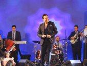 حكيم يشعل سماء القاهرة ويحقق إنجازا غنائيا في رأس السنة