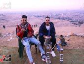 """""""كريسماس الغلابة"""".. مصريون يحتلفون برأس السنة أعلى هضبة المقطم بقعدة شيشة"""