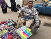 """شاب من ذوى الإعاقة يبيع المناديل بشوارع طنطا.. ويناشد بتوفير كشك """"صور"""""""