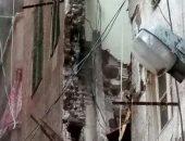 انهيار أجزاء من عقار قديم بالإسكندرية بسبب الطقس السيئ.. صور