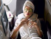 لو مسافرة لساعات طويلة بالطائرة.. دليل العناية ببشرتك خلال الرحلة