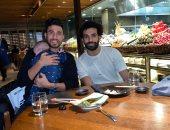 تريزيجيه ينشر صورة رفقة محمد صلاح فى أحد مطاعم إنجلترا