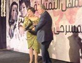 صور.. أشرف زكى يكرم لبلبة فى ختام مهرجان نقابة المهن التمثيلية