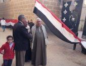 علم مصر يزين مداخل الكنائس قبل انطلاق قداس عيد الميلاد بالقليوبية