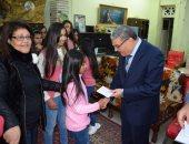 """صور .. محافظ المنيا يهنئ أطفال """"دار البنات القبطية"""" بعيد الميلاد المجيد"""