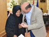 صور.. محافظ أسوان يخصص وحدة سكنية ومساعدة مالية لمواطنة مسنة