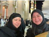 مى نور الشريف وشقيقتها سارة تؤديان مناسك العمر.. صور