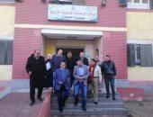 صور.. رئيس مدينة سمنود يحيل أطباء وموظفين للتحقيق لتركهم العمل