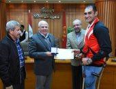 محافظ بورسعيد يكرم أبطال المحافظة فى رياضة التجديف ويختار الشاب المثالى لعام 2020