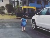 غاب 11 يومًا عن أسرته لإطفاء حرائق أستراليا.. فكيف استقبله أطفاله؟.. فيديو وصور